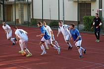 Fotbalisté Byšic (v bílém) zatím procházejí turnajem ve Slaném bez porážky.