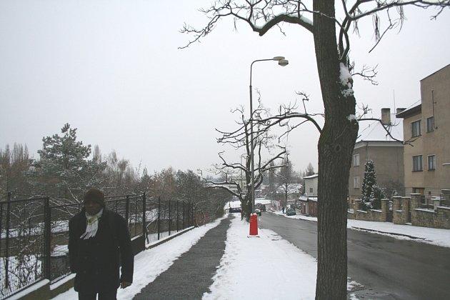 K uklízení sněhu si našli čas jen někteří obyvatelé. Jinak chodníky zůstávaly schované pod vrstvou sněhu