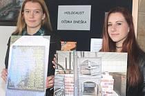 Na přípravách výstavy Holocaust očima dneška se podílely i dvě žákyně 9.B Základní školy Jaroslava Seiferta v Mělníku (zleva) Klára Lešková  a Kateřina Houžvicová