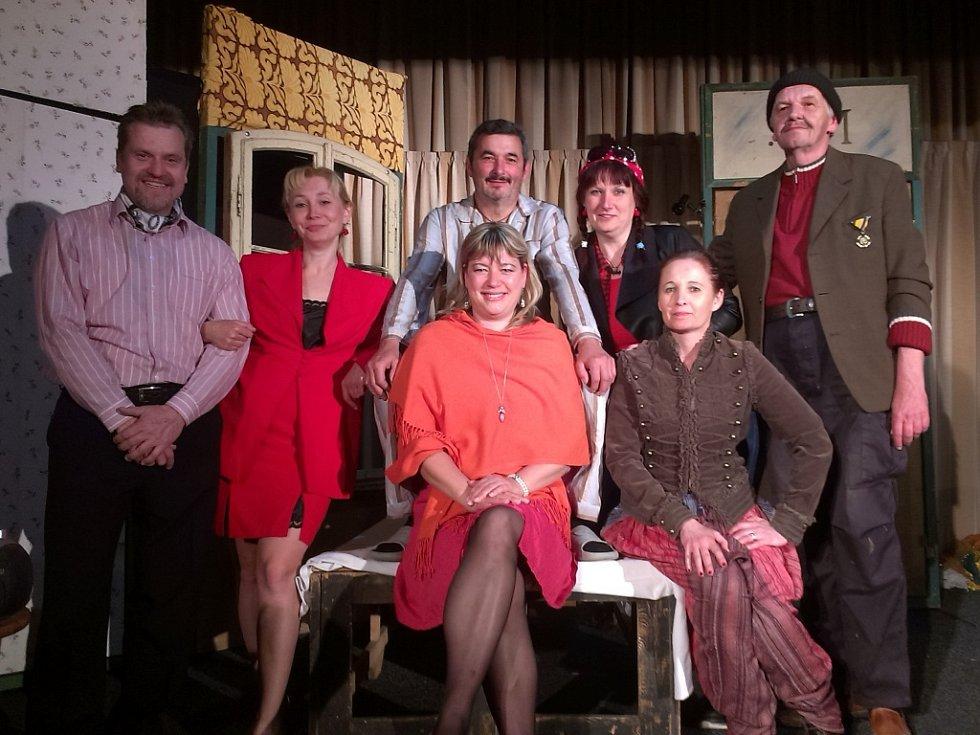 V posteli plné cizinců hraje vedle Miloše Jíry (uprostřed) ještě šest herců