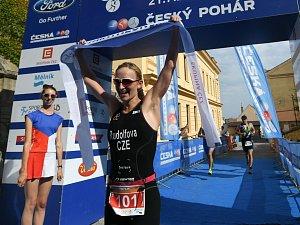 Jitka Rudolfová v cíli Triathlonu Mělník 2018
