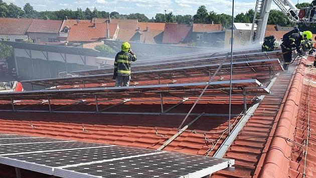 Požár ve výrobně nábytku v Kostelci nad Labem 30. června 2020.
