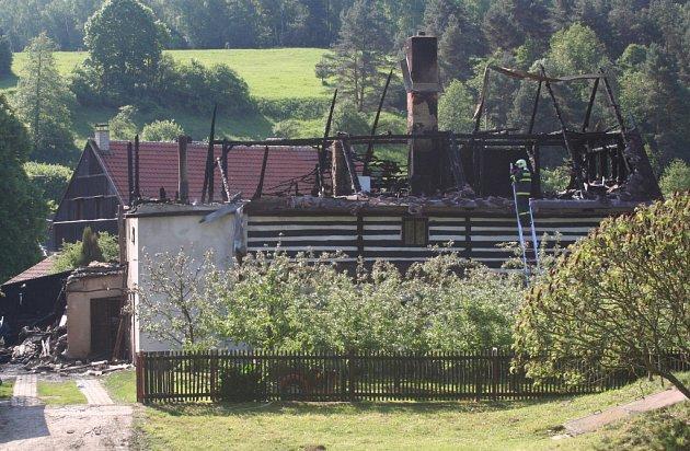 PŘI POŽÁRU oheň kompletně zničil střechu.