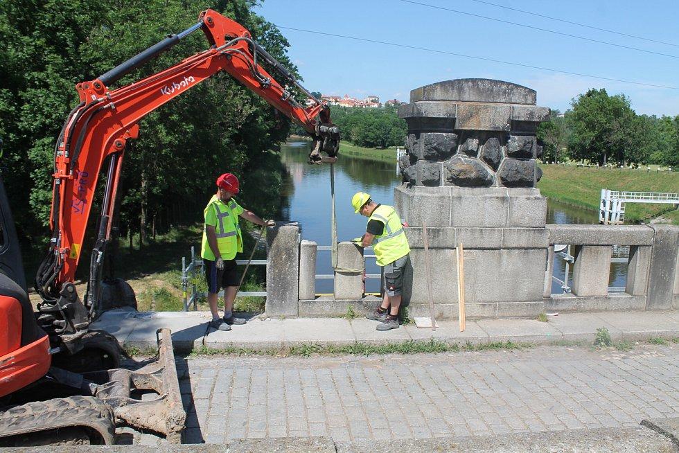 Ukázka rozebírání kamenného mostu.