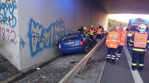 Jednotky Hasičského záchranného sboru Neratovice a HZSP Aero Vodochody vyjely dnes krátce po půl sedmé ráno k dopravní nehodě osobního automobilu, která se stala v obci Líbeznice.