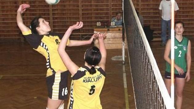 Kralupské juniorce Markétě Hladíkové na síti asistuje Pavla Sajdlová (č. 5).