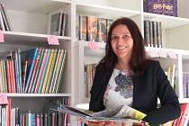Zástupkyně ředitele Michaela Vacková vybírala nové knihy do knihovny osobně.