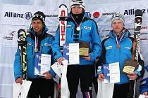 Martin Štěpán (uprostřed) byl právě vyhlášen mistrem ČR.