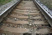 Rozbité pražce na trati ve Všetatech řeší Správa železniční dopravní cesty výměnou za nové kusy.