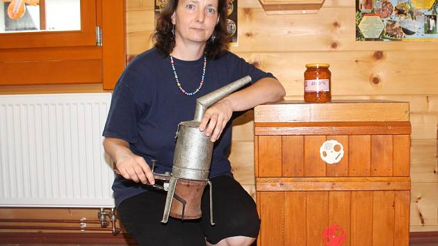 V medové prodejně se návštěvníci setkávají s Kamilou Rubešovou (na snímku s historickou verzí dýmáku, uklidňujícího včely).