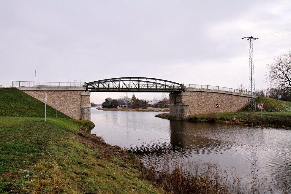Dokončování rekonstrukce mostů na kanále Vraňany-Hořín.