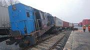 Mělník - Na vlečce přístavu Mělník se v sobotu v 5.40 hodin srazily dvě posunované soupravy v důsledku čehož vykolejilo pět drážních vozidel a lokomotiva.