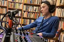 Za normálního stavu vysílá rádio v úterý ze studia na Mělníku a ve čtvrtek z Libiše od 18 hodin.
