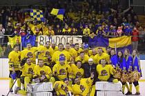 ŽLUTOMODRÁ RODINA. Hokejisté Neratovic se svými příznivci v zádech ovládli letošní ročník středočeské soutěže.