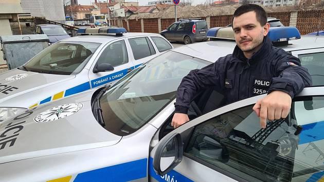 Policisté z Obvodního oddělení Kralupy nad Vltavou zachránili muže, který stál na hraně římsy nad tunelem a skálou ve výšce 30 metrů.