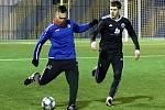 Fotbalisté Neratovic (v modrém) porazili v přípravném utkání sousední Libiš 4:3.