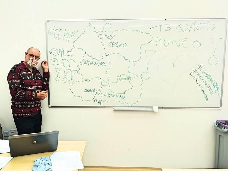 Podpora. Martin Hunčovský se jí pro svůj běh k Jadranu dočkal nejen v rodině, jeho žáci jej překvapili nákresem trasy na tabuli.