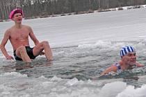 Otužilci z neratovického Klubu českých turistů na Boží hod vánoční v mlékojedském jezeře.
