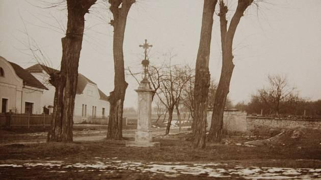 Morové pohřebiště u bývalých jatek. Křížek stál až do r. 1952, kdy byl vandaly poškozen. Takto fotograf místo zachytil v roce 1923.