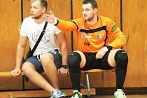 Gólmanská jednička Olympiku Aleš Soumar (v oranžovém) si v Liberci obnovil zranění kolene.