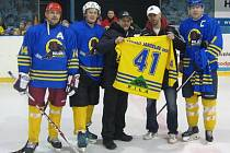 Šéf Buldoků Martin Chabada předal před sobotním utkáním upomínkové dresy hokejové dynastii Veselých.