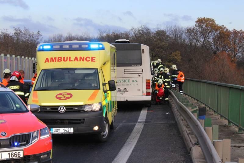 U Nové Vsi havaroval autobus s dětmi a nákladní auto.
