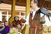 Ukázka výcviku a života dravců v neratovickém Domě Kněžny Emmy přilákala předškoláky ze dvou mateřinek.