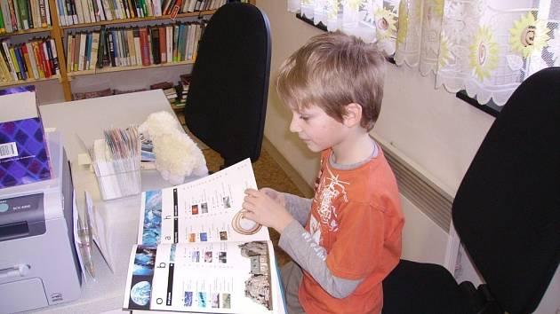 Noc s Andersenem prožili školáci v kozomínské obecní knihovně.