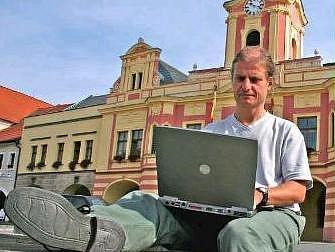 INTERNET. I díky dotacím z Evropské unie se mohou lidé bezdrátově připojit k vysokorychlostnímu internetu v centru Mělníka.