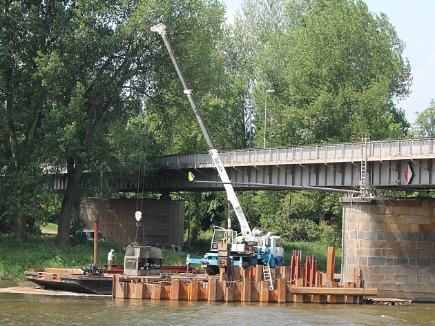 Práce při opravách mostu Josefa Straky v Mělníku.
