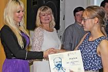 K prvnímu místu v kategorii mladších zpěváků blahopřála  Marii Měkotové i Markéta Hrdinová, ředitelka soutěže.