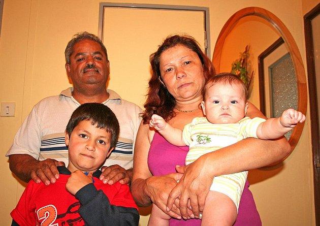 Julius a Růžena Bolvanovi bydlí po požáru bytu u svého syna. Na snímku s vnukem Gabrielem a vnučkou Kateřinou.