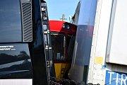Ke střetu kamionu s motorovým vlakem došlo v úterý 18. září ráno na železničním přejezdu mezi stanicemi Kralupy nad Vltavou-předměstí a Olovnice.