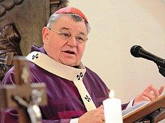 Kardinál Dominik Duka navštívil Neratovice a sloužil tam nedělní mši.