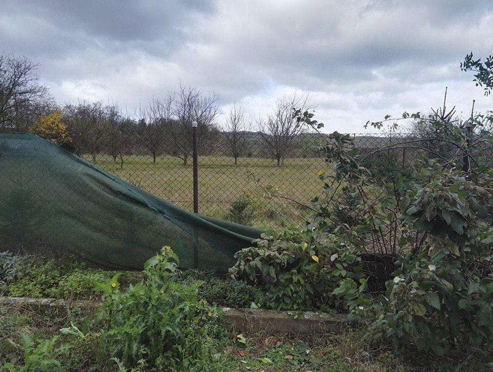 Vítr poničil na zahradě v Mlčechvostech trampolínu, řádění počasí odnesl i zahradní domek pro děti a plot.