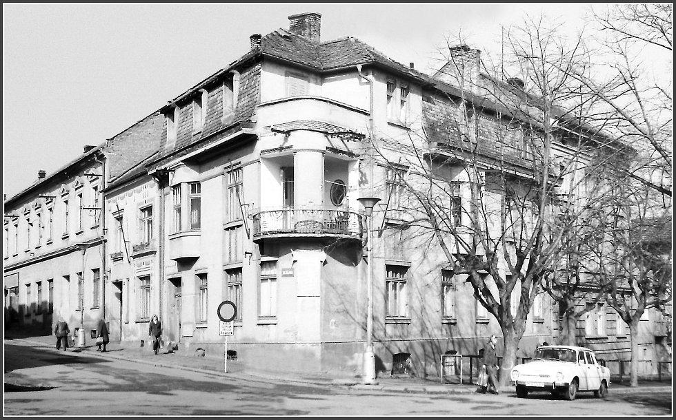 Nároží ulic Fibichova a 28. října - obytné domy před demolicí řízeným odstřelem v roce 1982.