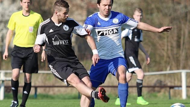 Libišský Marek Malák (v černém) obdržel ve Velvarech po necelé čtvrthodině hry červenou kartu.