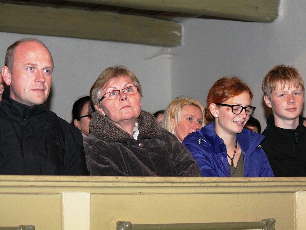 Libišský evangelický kostel zaplnili lidé, kteří si přišli poslechnout a zazpívat koledy.