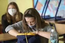 Žáci museli až doposud nosit ve škole roušky.