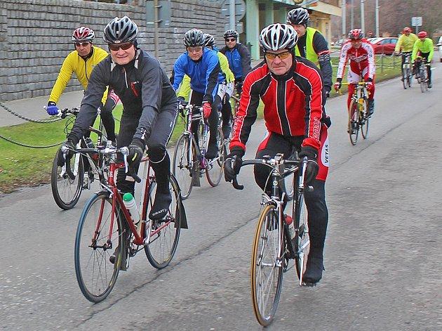 Na první letošní projížďku v okolí města Kralupy nad Vltavou a zčásti po silnicích mělnického regionu vyjela i letos hodinu po novoročním poledni skupina tamních amatérských cyklistů.