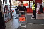 Některé obchody vsadily na číslované košíky, jinde počítají přímo lidi.