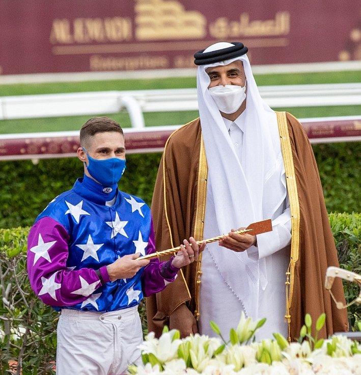 Tomáš Lukášek vyhrál v Kataru milionem dolarů dotovaný dostih Emírův meč. Jedná se o historicky největší úspěch českého žokeje na Blízkém východě.