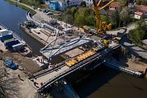 Nový ocelový most přes Vraňansko – Hořínský kanál u Vltavy, kterého se ve středu dočkaly Vraňany na Mělnicku, byl vyroben na Nymbursku.