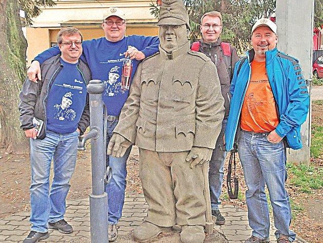 V Humenném na Slovensku byla Švejkova socha odhalena  už před čtrnácti lety. Fotili se u ní i nadšenci, kteří založili Spolek pro instalaci sochy Josefa Švejka v Kralupech.