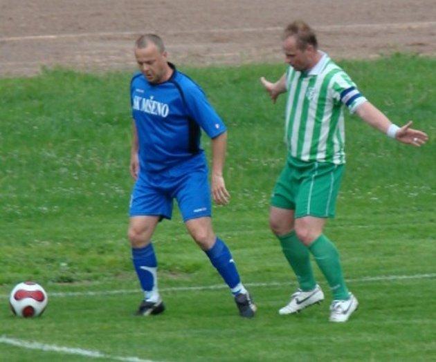 Z utkání I. B třídy Mšeno (v modrém) - Bezno (1:2).