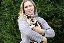 Tříbarevné kočičce se zatím přezdívá Bábi, je velmi mazlivá a nevadí jí ani psi.