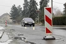 Část silnice je v současné době zavřená kvůli špatnému stavu povrchu po stavbě kanalizace.