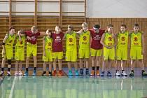 ÚSPĚŠNÝ TÝM třináctiletých basketbalistů BK R&J EBC Mělník, který si už brzy zahraje extraligu.