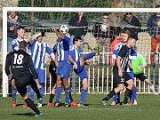 Divize B, 15. kolo: FK Brandýs - Sokol Libiš (v modrém) 1:2.