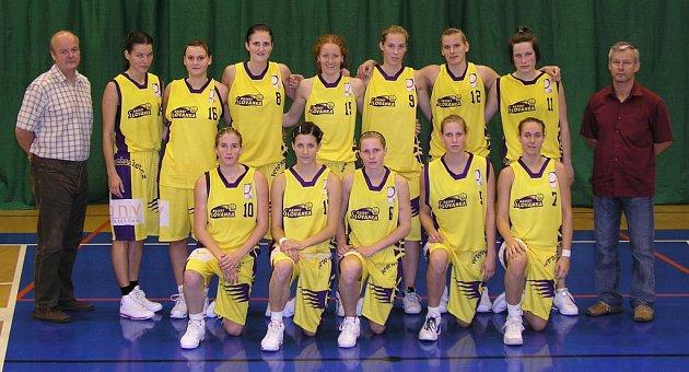 Družstvo Basketu Slovanka při prvním domácím utkání v Kralupech